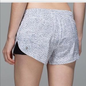 Lululemon Pleat to Street Shorts Dottie Dash, sz 4